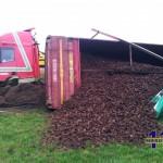 Vrachtwagen met turf van de weg op de N36 Diffelen
